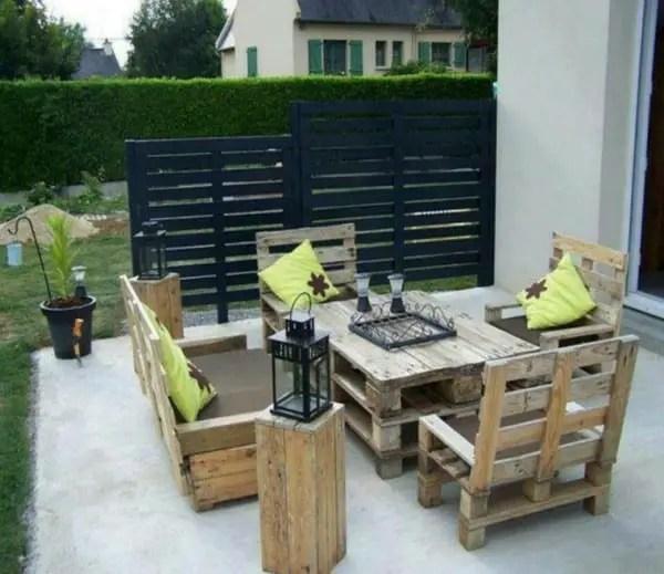 salon de jardin fabrique a partir de palettes avec des meubles a hauts dossiers