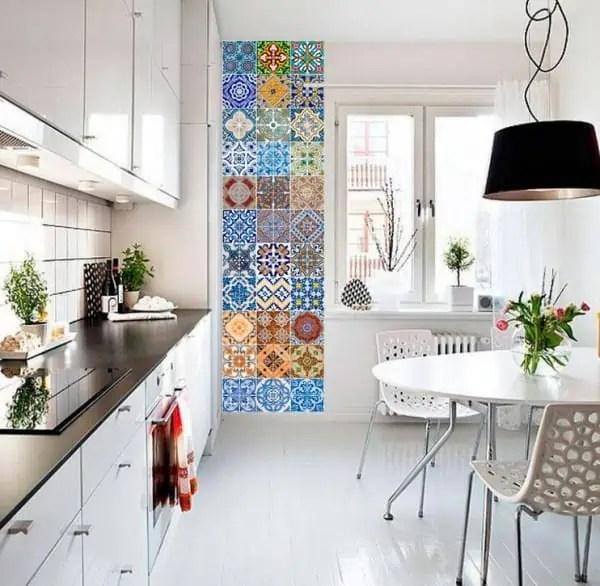 Une Frise Verticale Adhesive Imitation Carreaux De Ciment Pour Relooker Une Cuisine Moderne