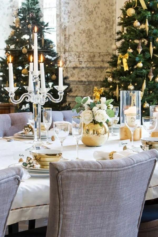 excellent une ide de dcoration chic pour la table de nol avec de la vaisselle dore with decoration de table noel