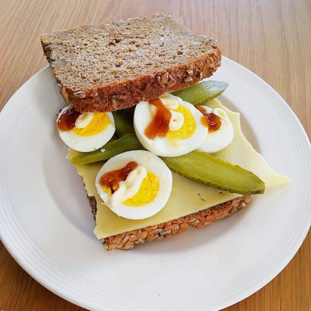 Brood met ei en augurken