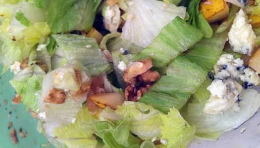Salada de alface gorgonzola pêra e nozes