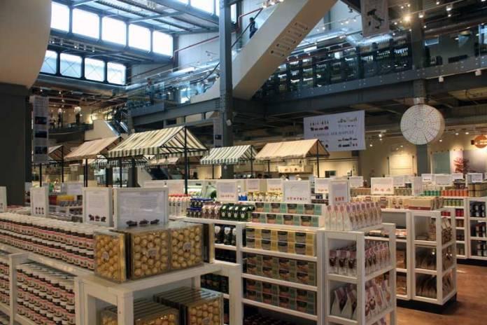 A merceria do Eataly oferece Cafés, chocolates, cervejas, vinhos, licores, destilados, laticínios, águas especiais, utensílios para o lar, livros, e tudo mais ligado à comida.