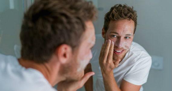Cuidado da pele masculina noite - Homem No Espelho