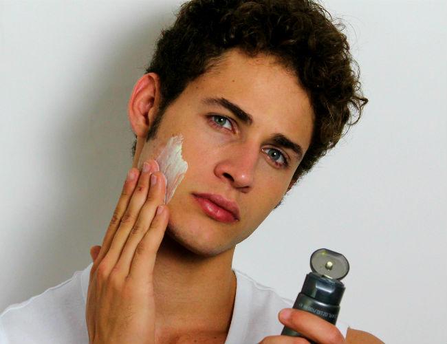 Homem-No-Espelho-Cuidados para pele masculina branca