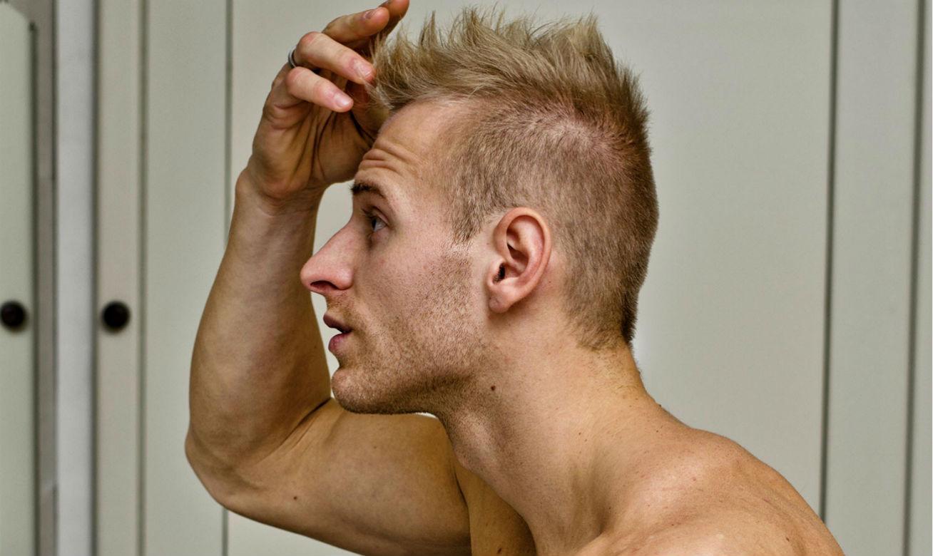homem-no-espelho-queda-de-cabelo-peeling-capilar