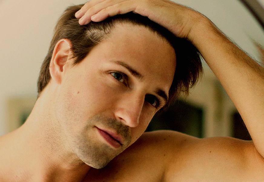 homem-no-espelho-cabelo-fino-cabelo-ralo-afinamento-capilar