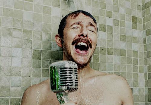homem-no-espelho-cuidados-no-banho