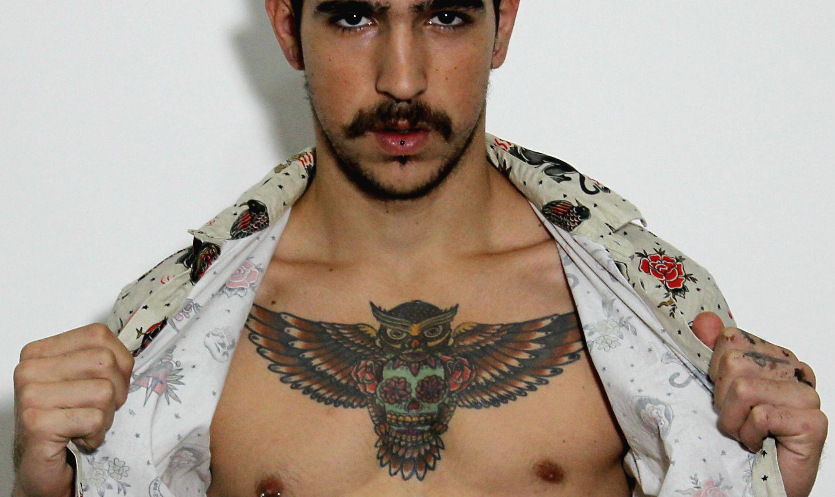 Como Escolher Tatuagem Homem homem no espelho - inspiraes de tatuagens masculinas