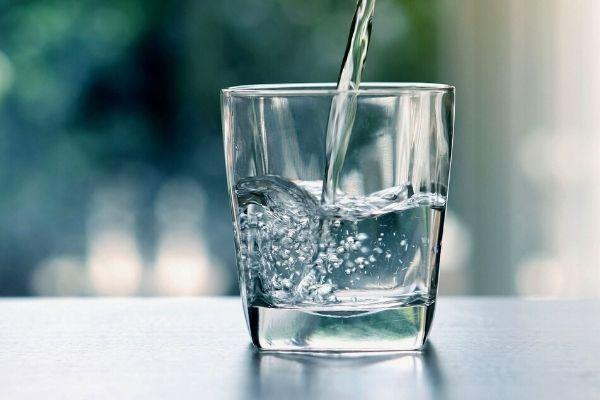 Homem No Espelho - Bebidas para curar ressaca - água