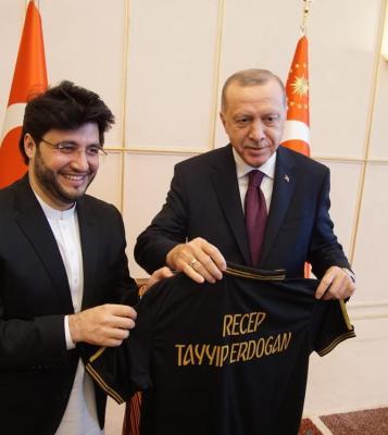 Javed Afridi gifted Peshawar Zalmi shirt to President Tayyip Erdoğan during their meeting in Geneva