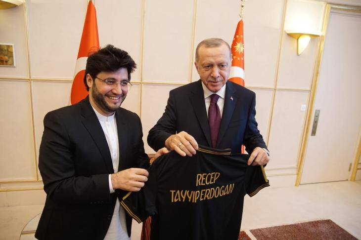 Javed Afridi gifted Peshawar Zalmi shirt to President Tayyip Erdoğan during their meeting in Geneva