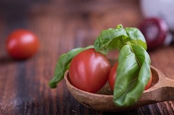 tomatoes-rub-pimples