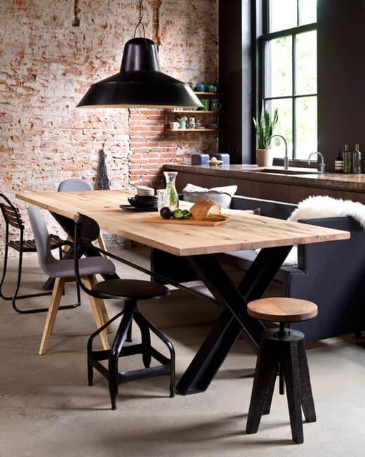 Stoer en gezellig eten met verschillende stoelen en krukken   www.homeseeds.nl
