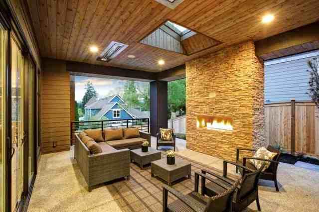 Bu, taş şömineli, üstü kapalı bir veranda, ışıklıklı bir beadboard tavan, rattan koltuklar, kanepe ve geniş arka bahçeye bakan sedirlerdir.