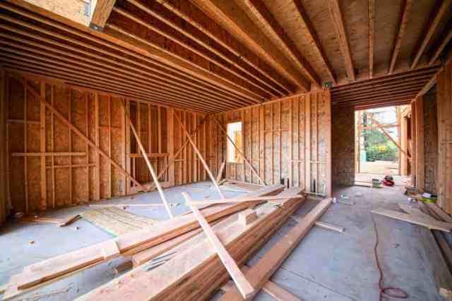 Bu, yeni bir inşaat binasında ahşap duvarlar ve tavan ve kontrplak kaplama ile devam eden ahşap çerçeveli bir iç iştir.