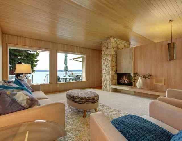 Bu, ahşap tahta döşeme ve şömineli güzel bir ev iç mekanıdır.  Rahat koltuk, yumuşak kürk halı ve osmanlı romantik bir atmosfer yaratır.