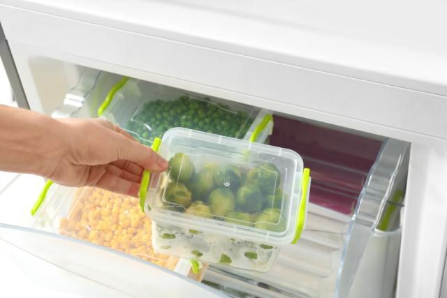 Yiyecek deposunun buzdolabına yerleştirilmesi.