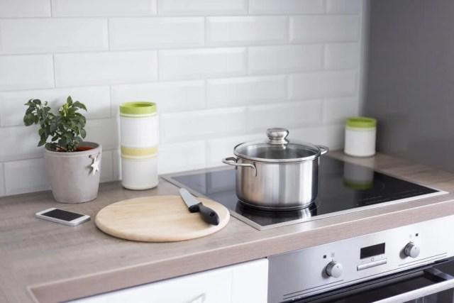 Modern mutfak pişirme tezgahı.
