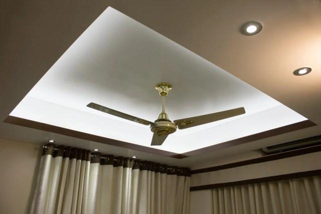 Aydınlatma ve tavan vantilatörü ile tavanı düşürün.
