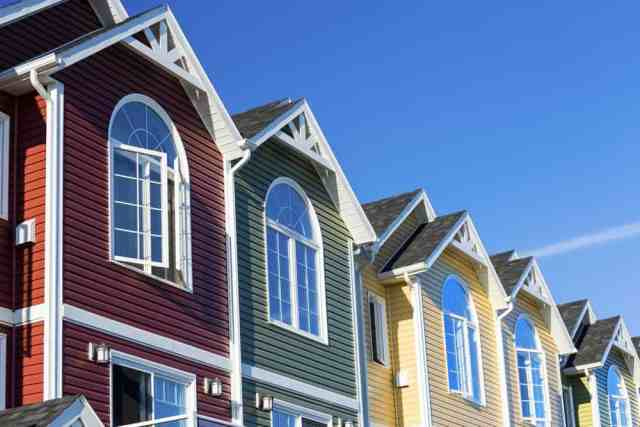 Bir dizi farklı renkli şehir evi.