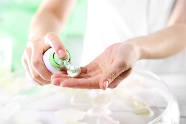 Eline tıraş kremi uygulayan bir kadın.