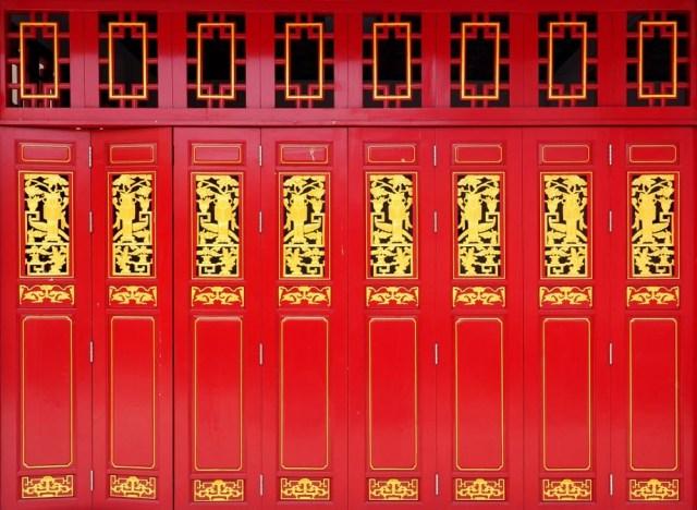 Bu bir dizi canlı kırmızı ve altın akordeon kapıdır.