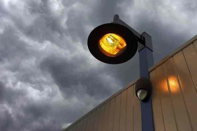 Bir sokak lambası deposunun dış cephesindeki cıva buharlı bir ampule bir bakış.