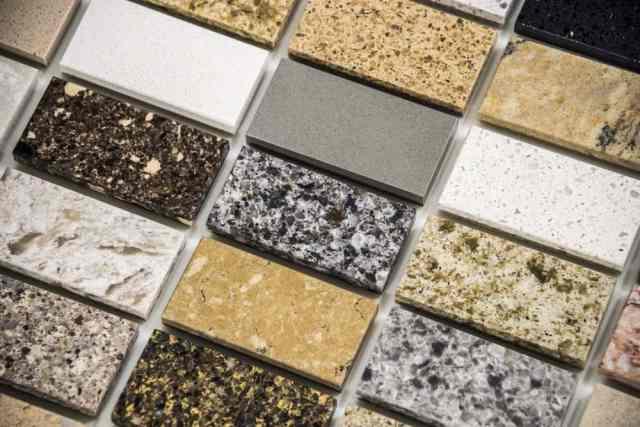 Çeşitli modüler granit örnekleri sergileniyor.