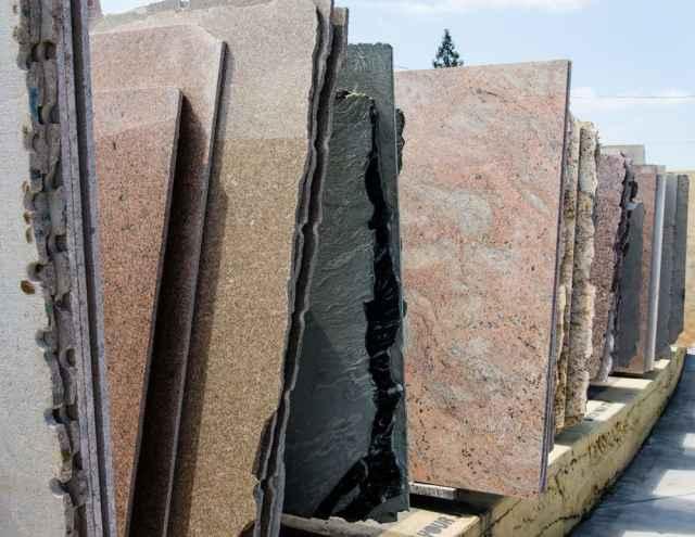 Sergilenen çeşitli granit levhalar.