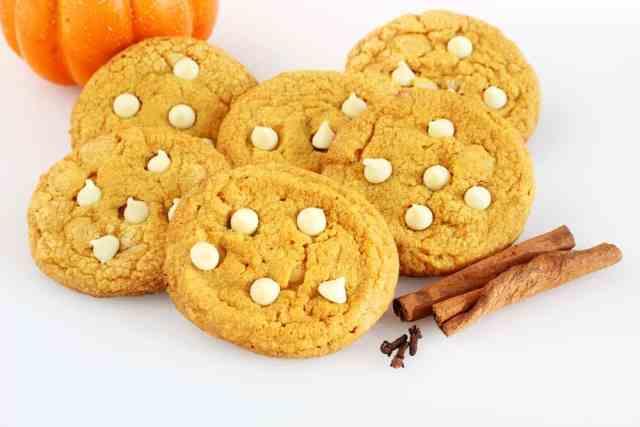 Tarçın çubuklarının yanında balkabağı beyaz çikolata parçacıklı kurabiye.