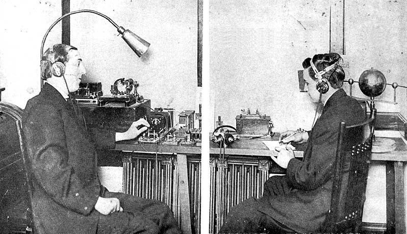 """Charles Doc Herrold y su asistente el """"DJ"""" Ray Newby"""