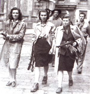 Tre partigiane perlustrano le strade di Milano il 26 aprile 1945 (Publifoto)