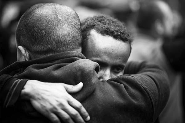 como-apoyar-amigo-sale-del-closet-abrazo