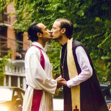 foto sacerdotes beso