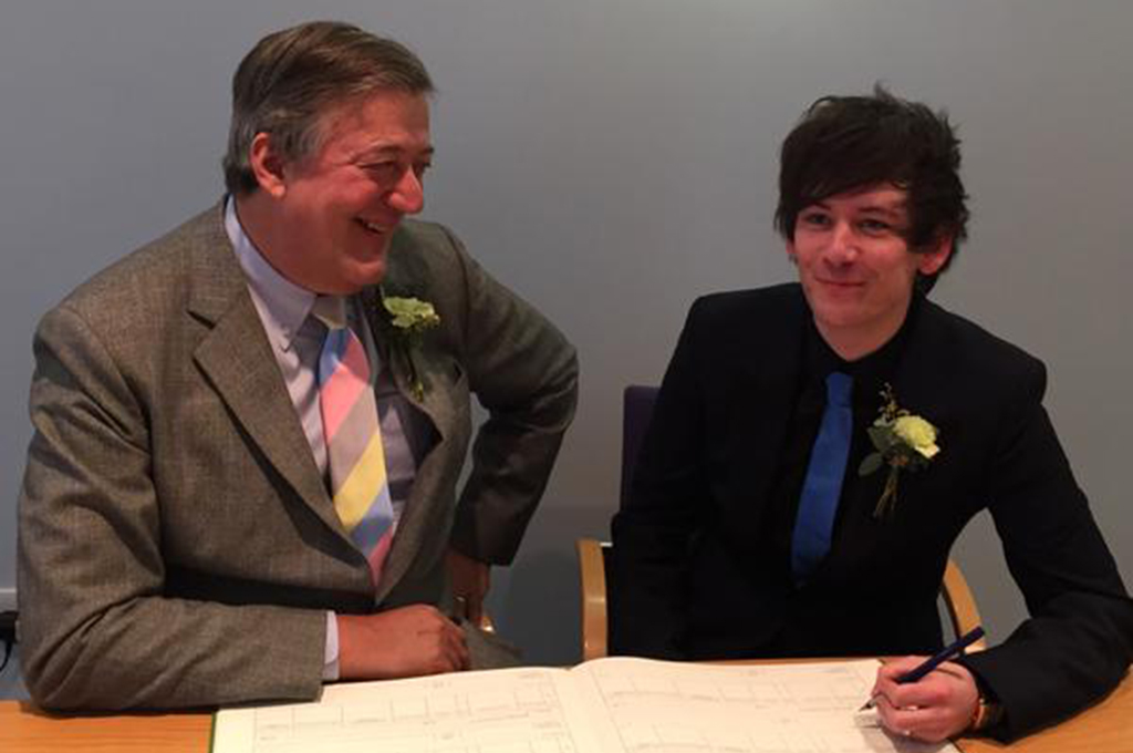 stephen fry elliott spencer parejas LGBT+ diferencia edad