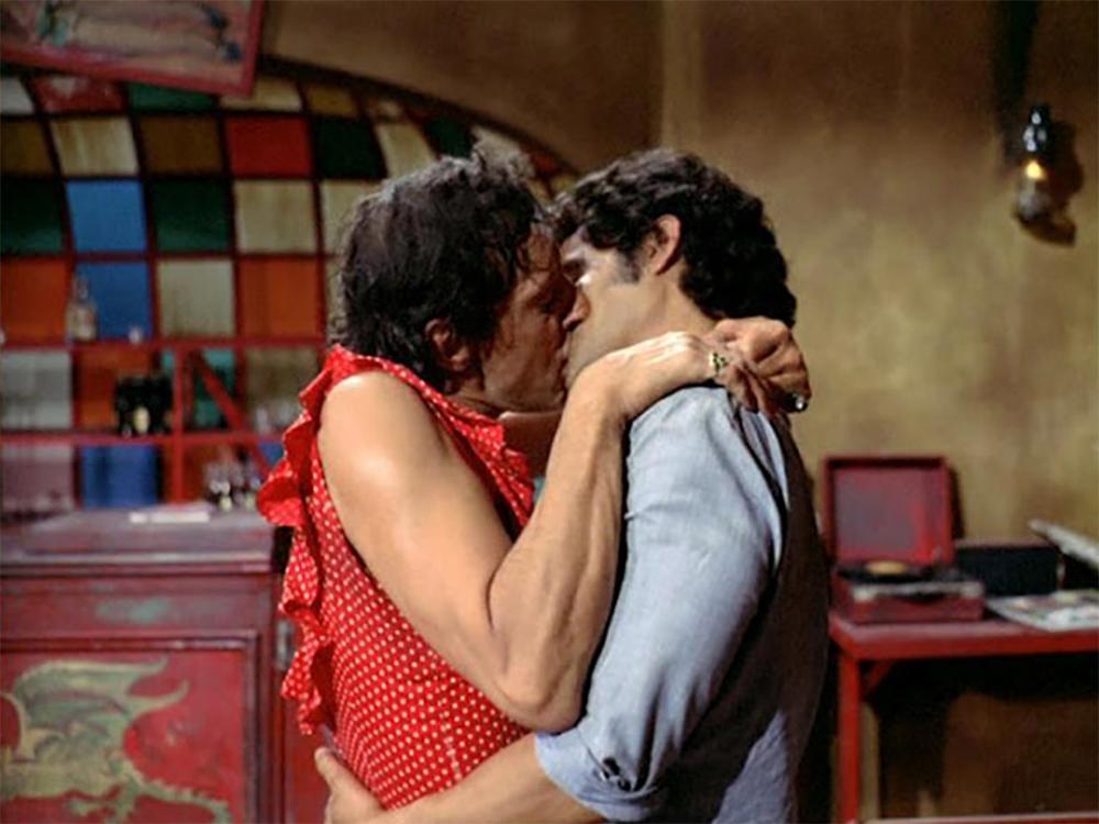 primer-beso-gay-cine-mexicano-1