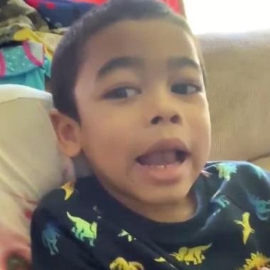 niñera golpea niño gay
