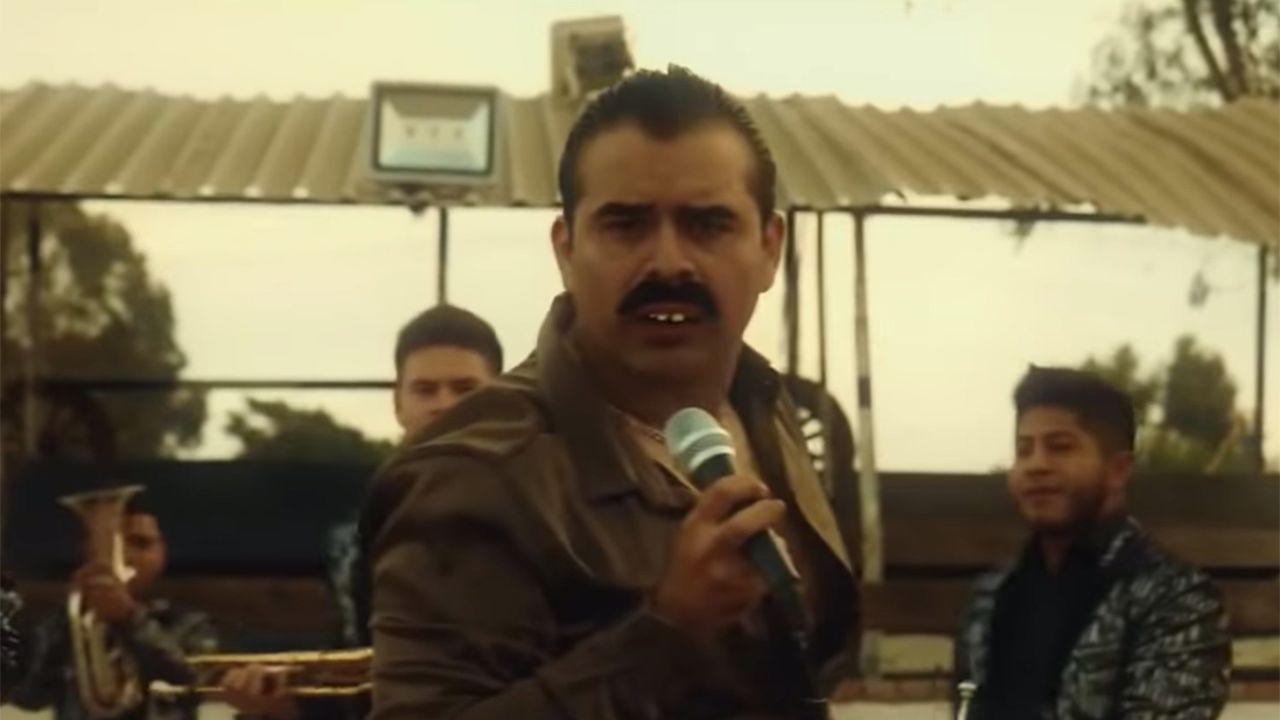 """Video de la versión de banda de """"Bohemian Rhapsody"""", que parodia a Freddie Mercury usando estereotipos gays."""