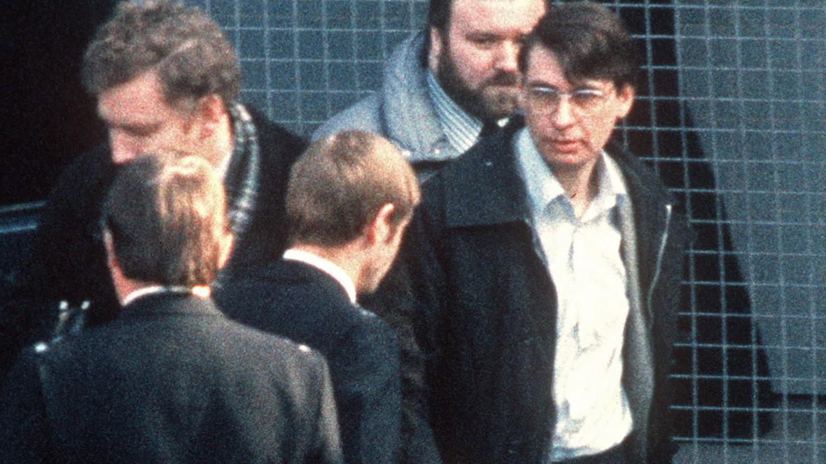 Dennis Nilsen afuera del juzgado