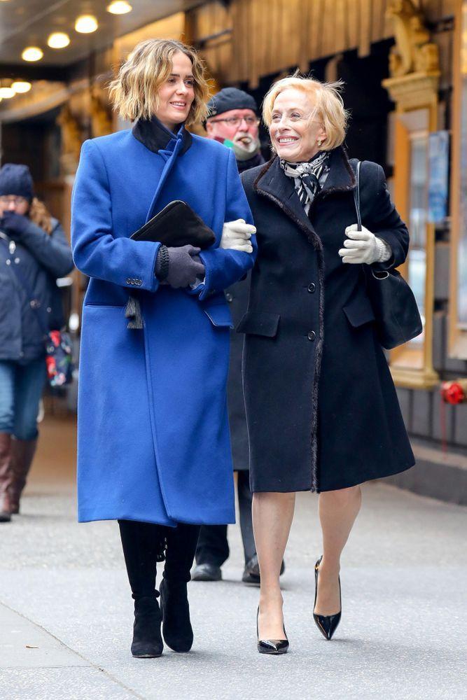 Sarah Paulson y Holland Taylor captadas caminando de la mano por la calle