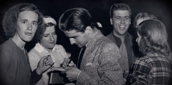 Jack y Ronald firmando autógrafos afuera de la corte.