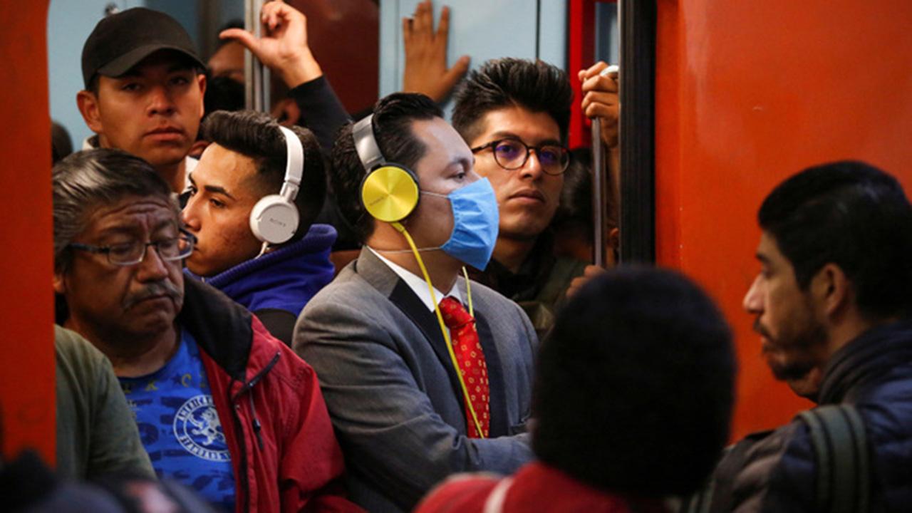 Personas que no usan cubrebocas en el metro de la CDMX.