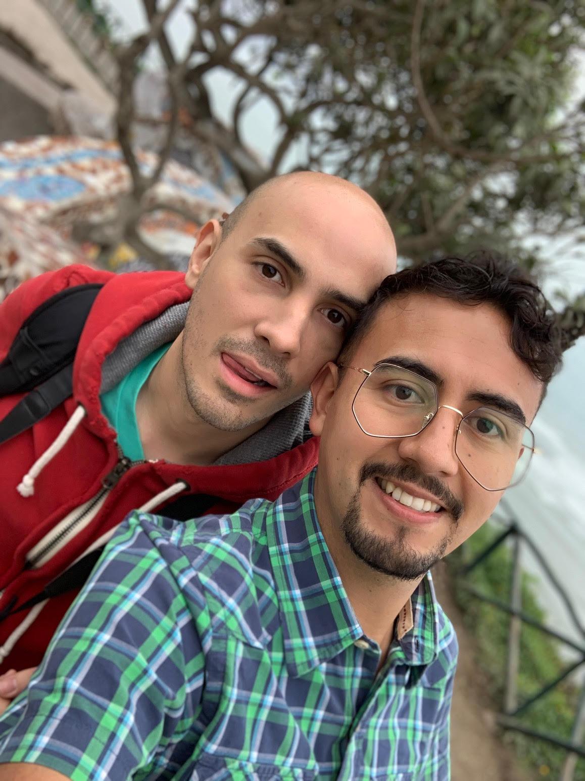 Rodrigo y Víctor son una pareja que tuvo una relación a distancia