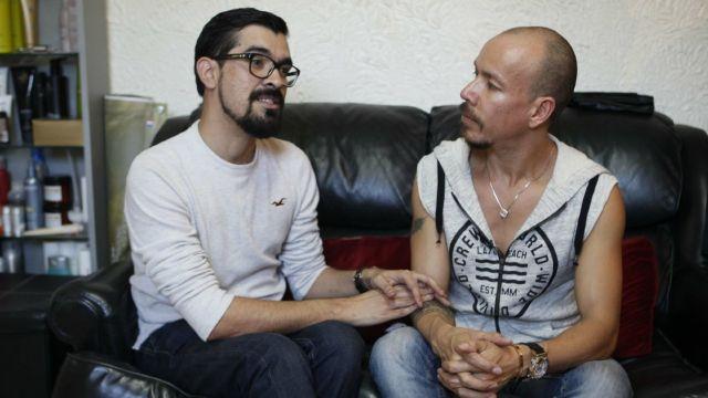 pareja gay gana amparo para adopción en Baja California