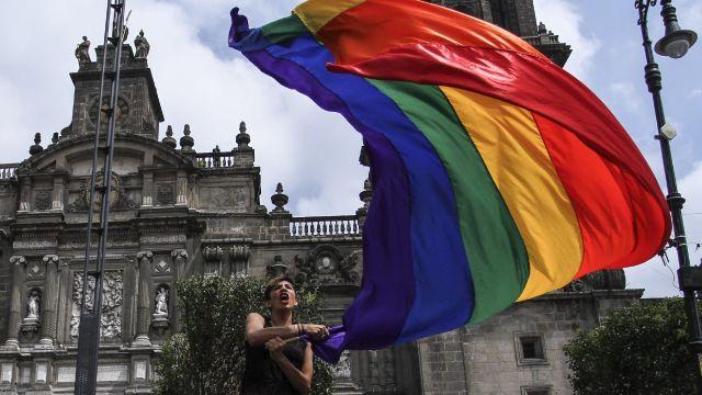 iglesias se oponen a reforma para prohibir la discriminación contra personas LGBT+