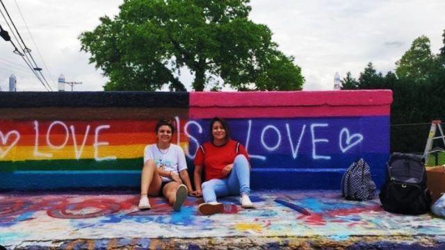 Pareja lésbica mexicana pinta bandera LGBT+ y racista las insulta