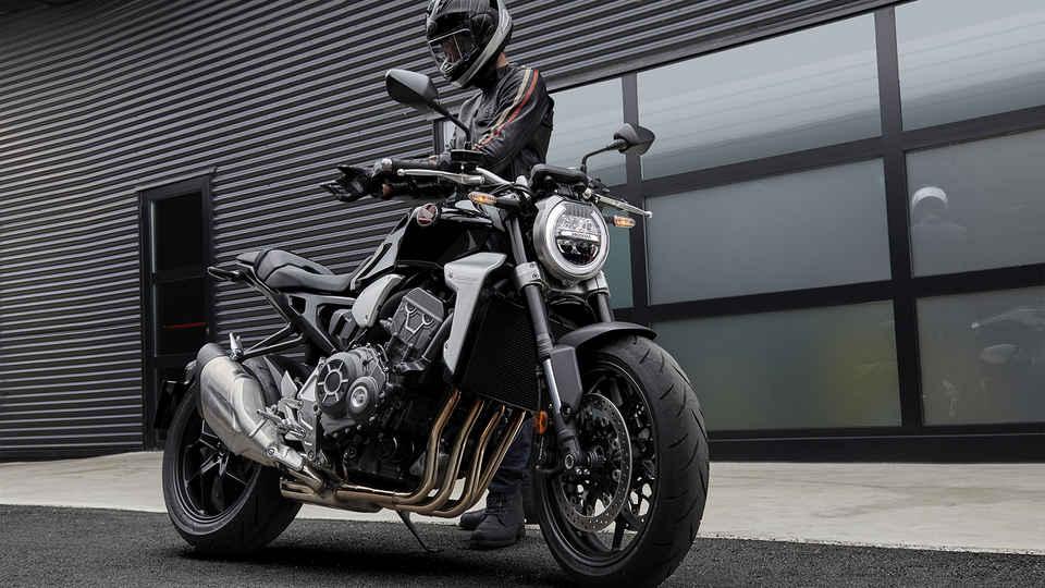 Bočný akčný záber na motocykel Honda New Sports Café CB1000R pri jazde na rampe.