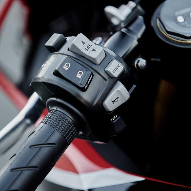 Detail spínačov modelu Honda Fireblade.