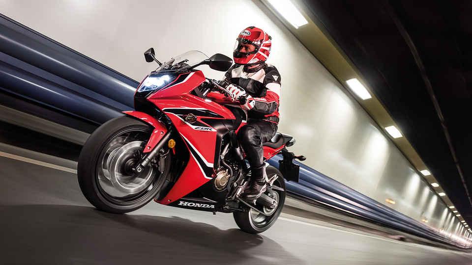 Záber zboku na jazdca na motocykli Honda CBR650F v tuneli.