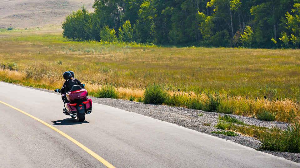 Zadný trojštvrťový pohľad na motocykel Honda Gold Wing v prírodnom prostredí.
